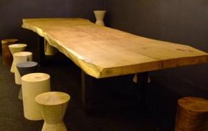 Drewniany stol na targacj w Londynie